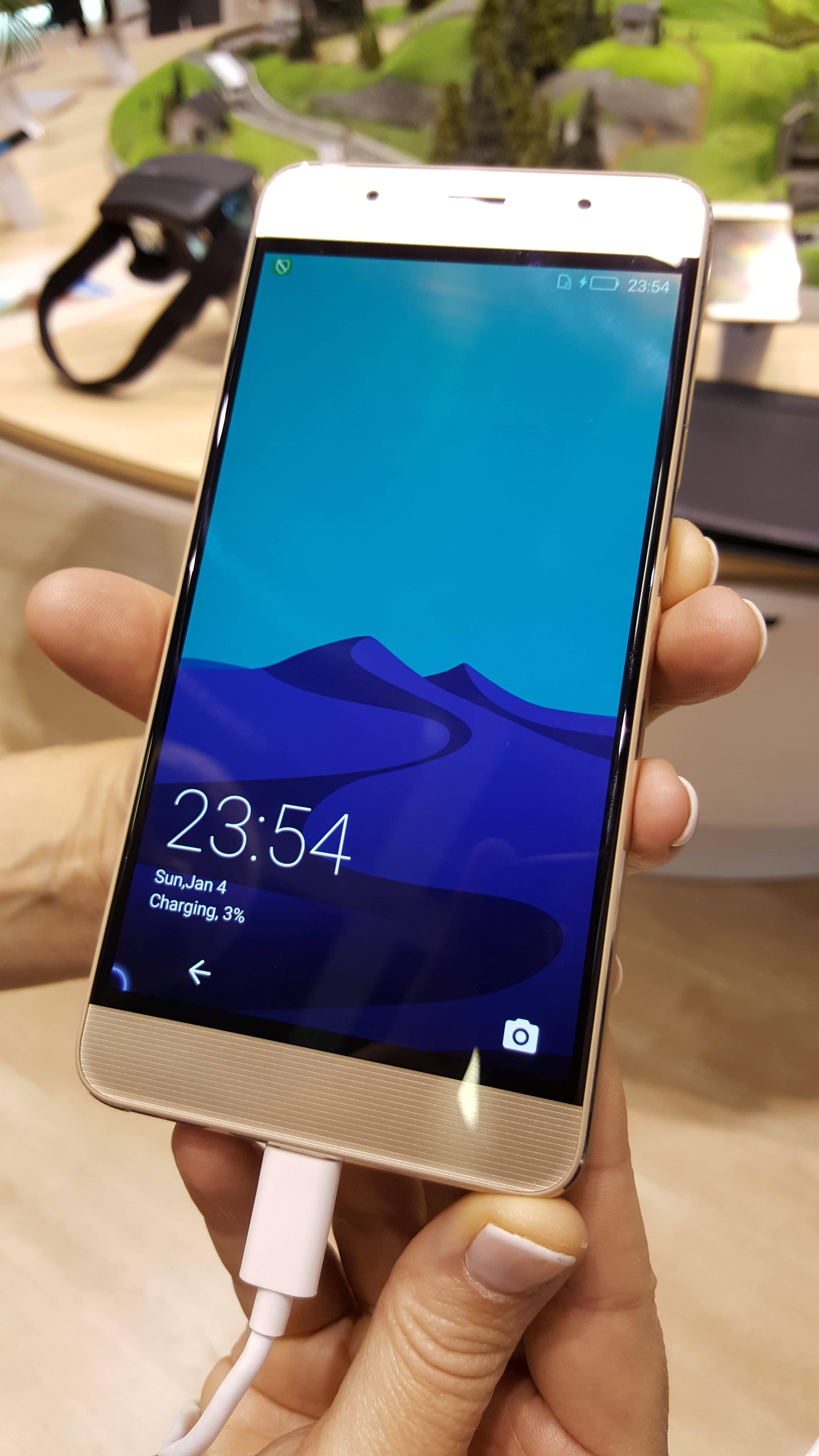 Photo of Hisense A2: Smartphone mit zweitem E-Ink Display auf der Rückseite