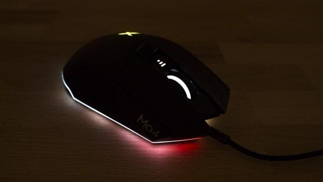 Beleuchtete Creative Sound BlasterX Siege M04 Gaming-Maus im Dunkeln