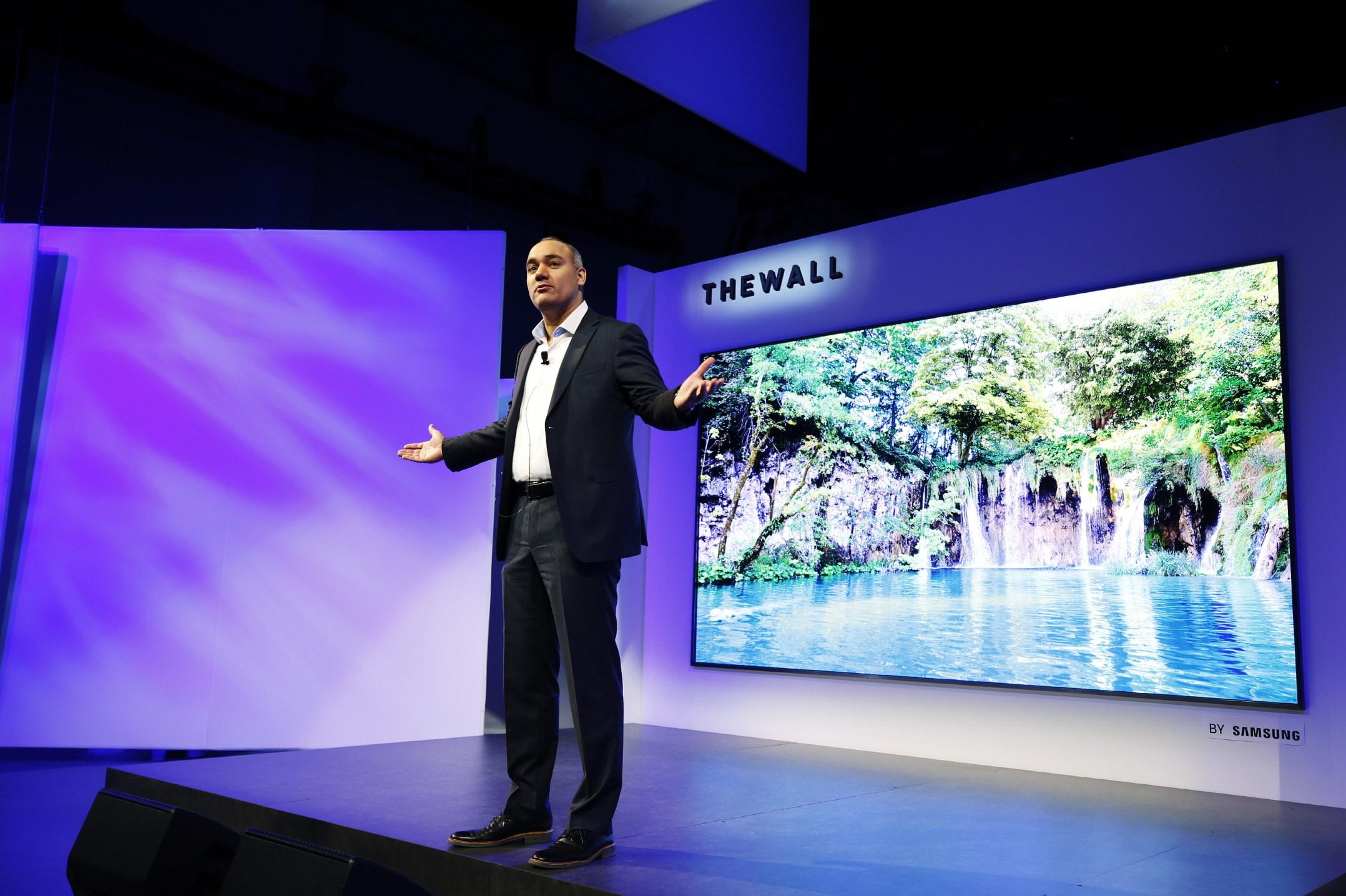 """Photo of Samsung """"The Wall"""": Modularer 146-Zoll-Fernseher macht die Wand zum Display"""