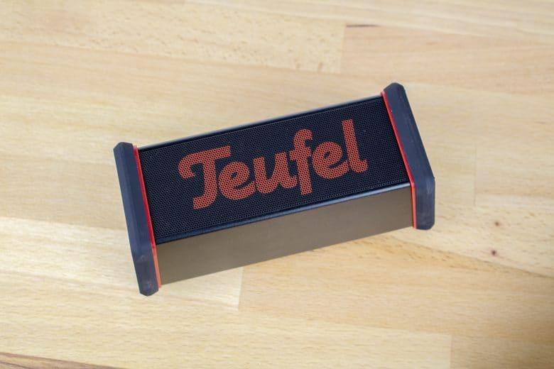 Großes Teufel-Logo auf dem Bluetooth-Lautsprecher