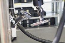 Roboter scannt ein Bauteil